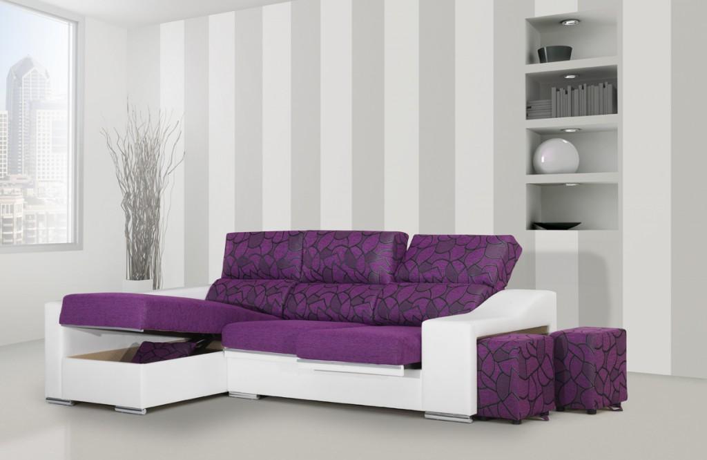 Chaiselongue blanco y violeta con arcon y puffs.