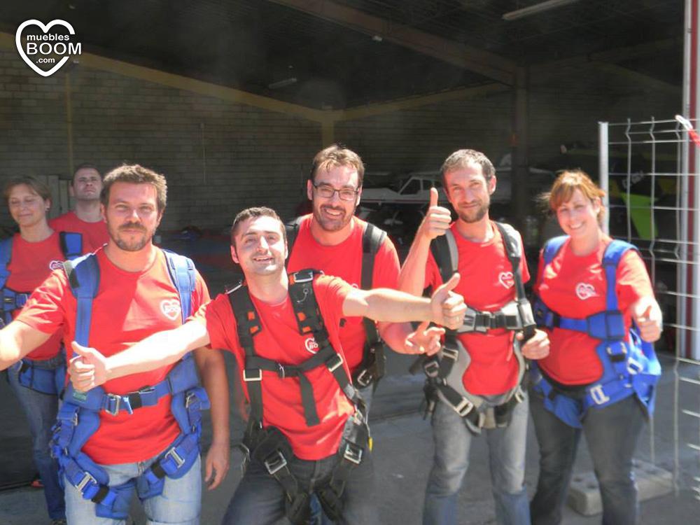 Empleados de BOOM en tierra con los paracaídas listos