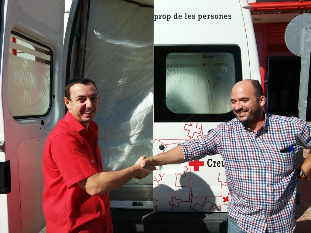 Trabajador de Muebles BOOM estrechando la mano a un miembro de la Cruz Roja