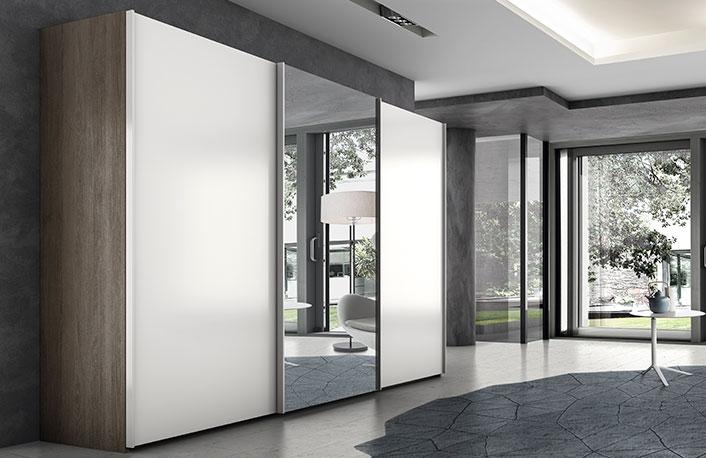 Armario de tres puertas correderas con espejo en color blanco